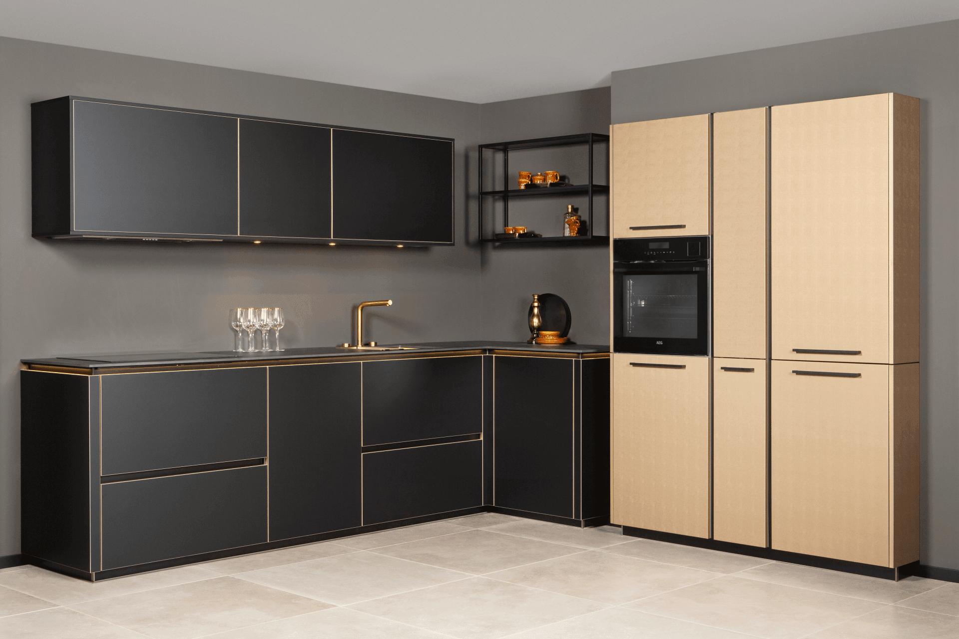 Zwarte keuken gouden accenten