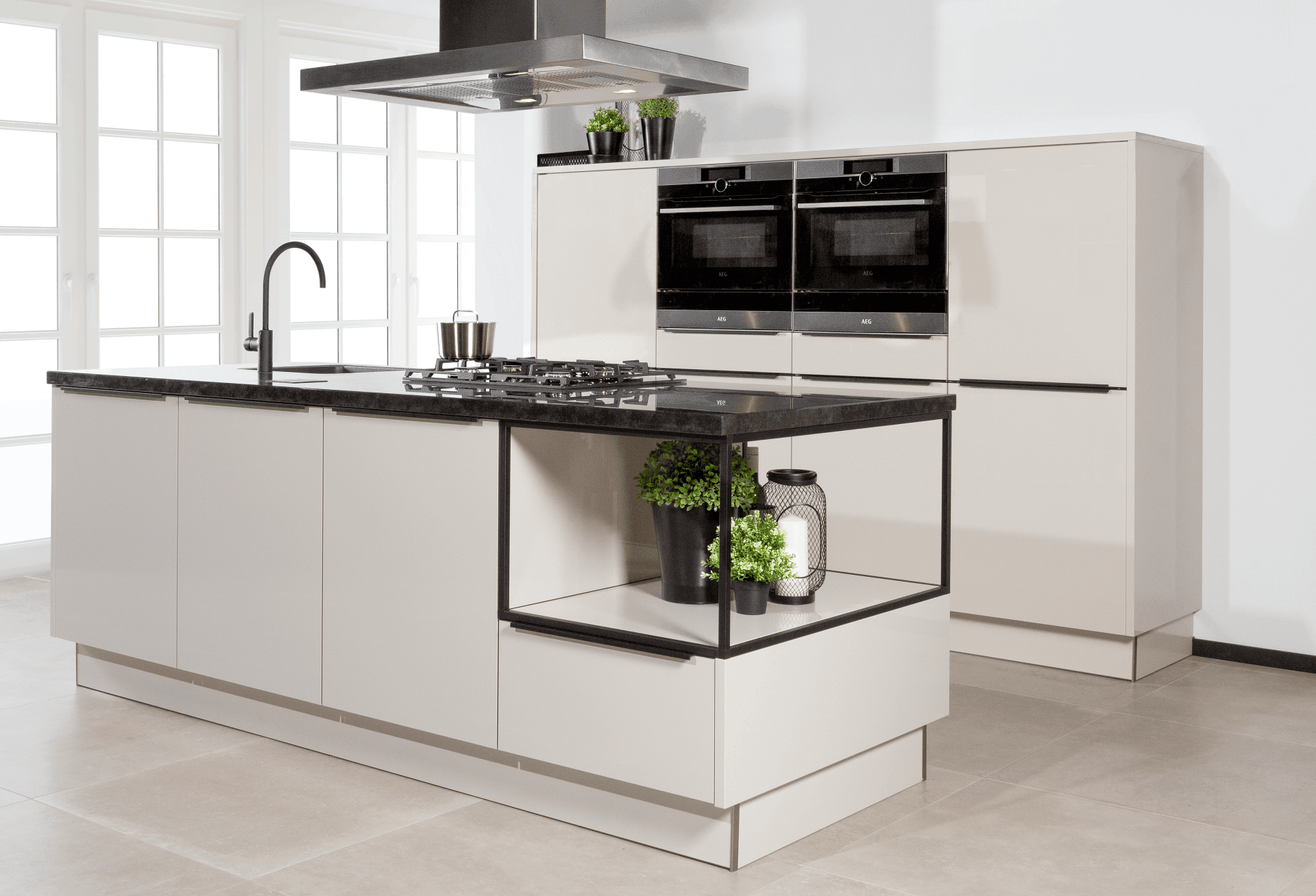 witte keuken met zwarte accenten