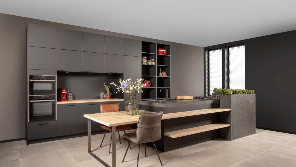 mat zwarte keuken met houten accenten