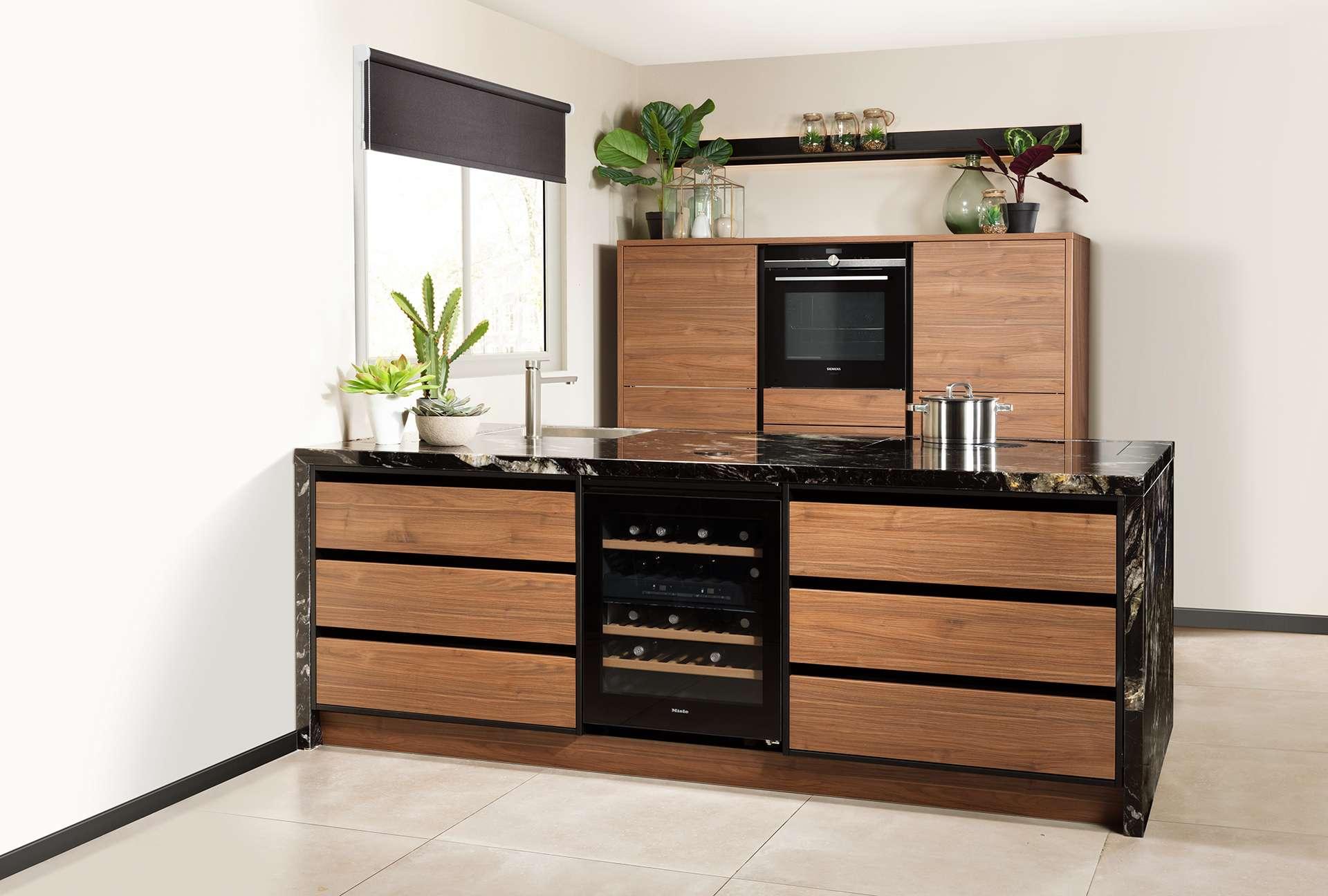 keuken hout met zwart marmer